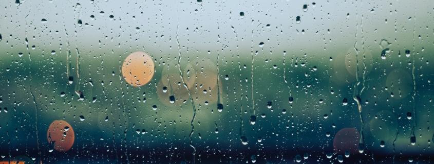 Regendruppels tegen het raam